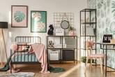 quarto de menina com tons de rosa pastel e verde com diversos acessórios