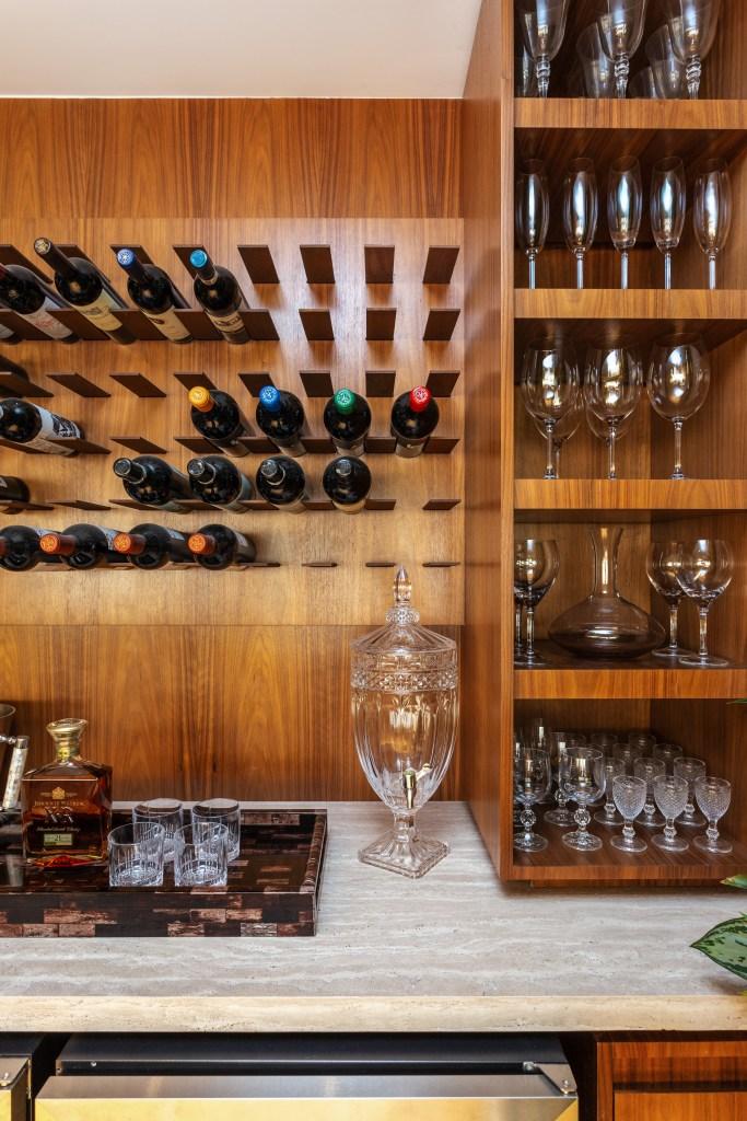 Adega com vinhos e taças