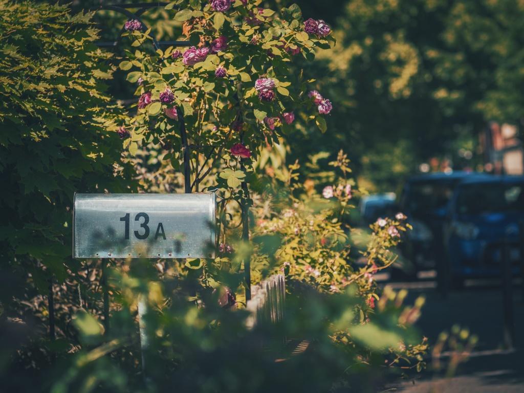 Caixa de correio em um jardim