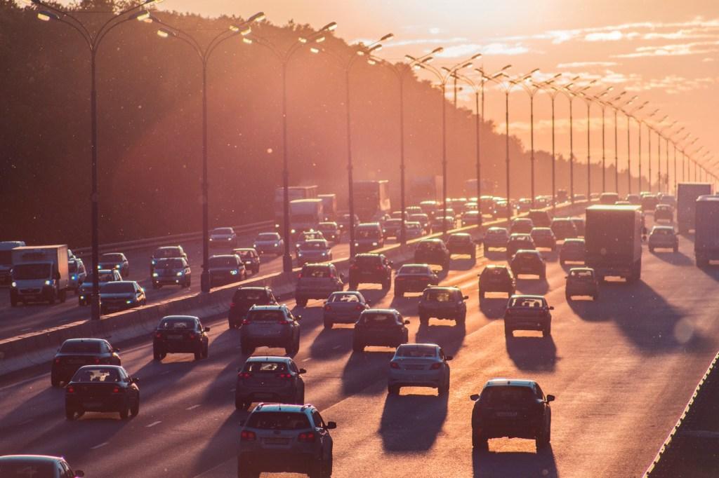 Estrada com carros