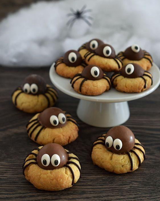 Cookies com trufa de chocolate em cima simulando uma aranha