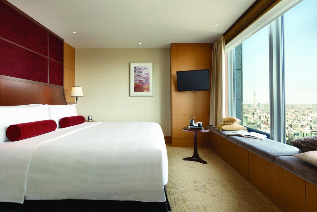 Suíte do Shangri-La Hotel de Tóquio, com cama e janela grandes