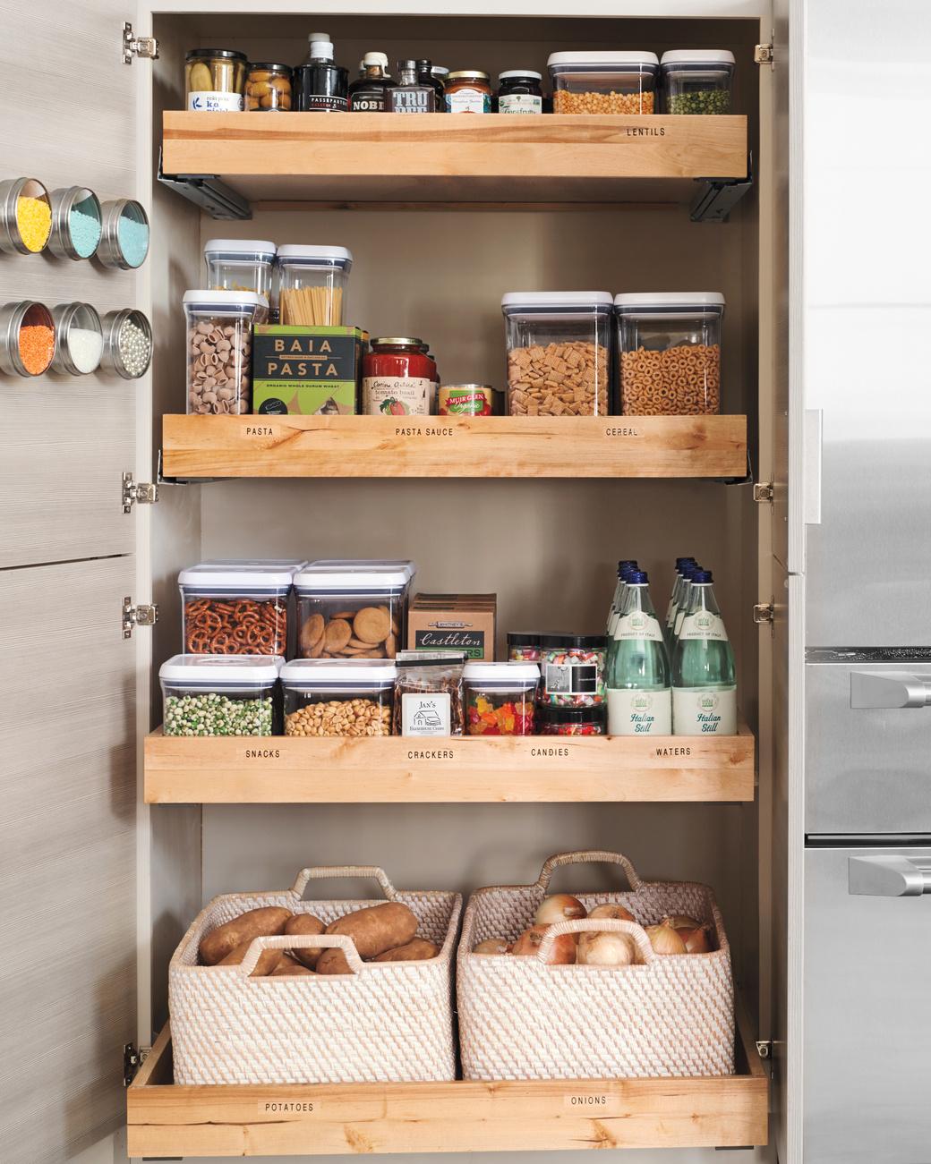 despensa de alimentos com potes e cestas organizadoras