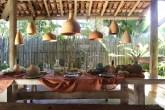 Área externa decorada com peças da coleção Le Lis Casa