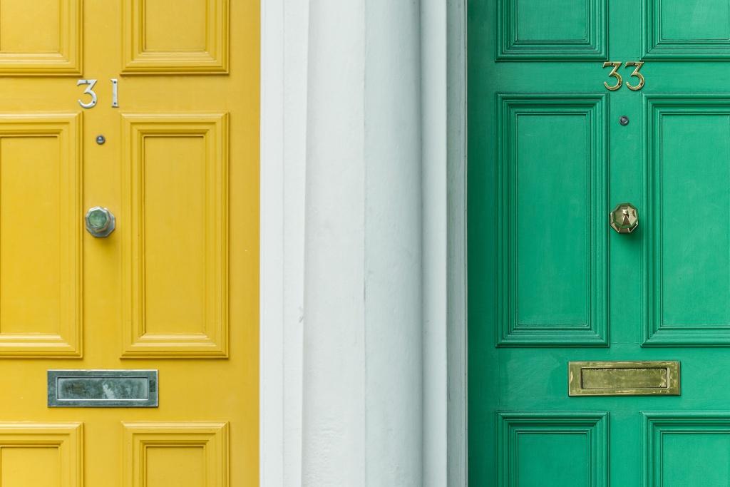 Fachadas de casas com portas coloridas
