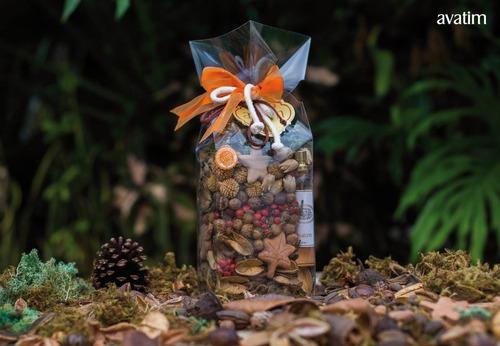 Saco plástico com flores, sementes e cascas secas