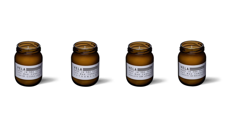 Velas aromáticas em potes de vidro marrom