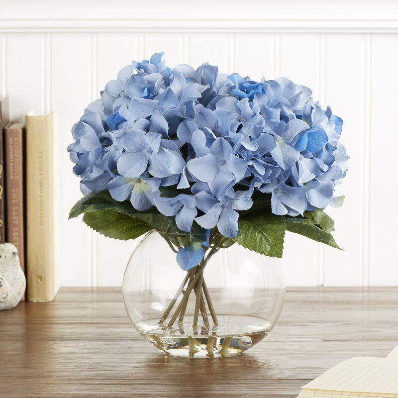 hortênsia azul em vaso de vidro