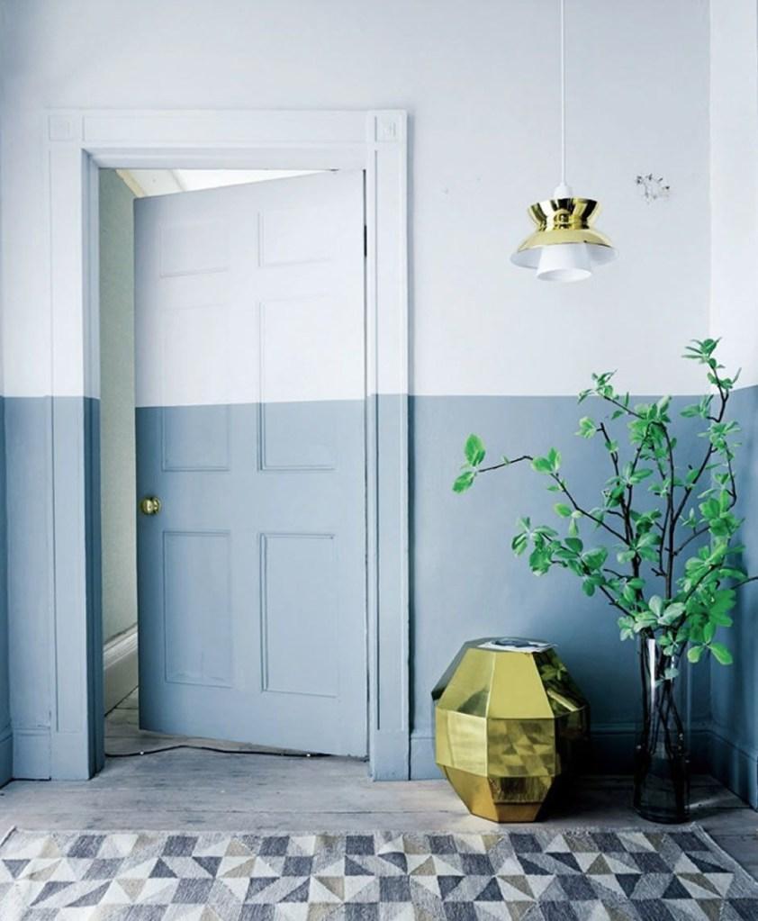 porta e parede pintadas com dois tons de azul