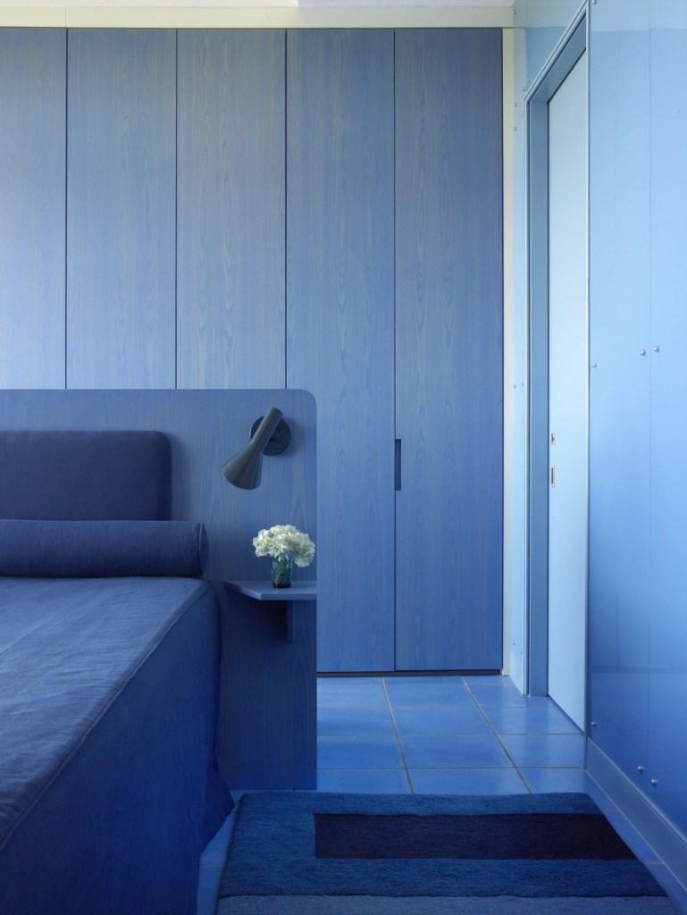 quarto decorado com vários tons de azul