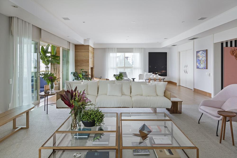 Living integrado com sofá claro