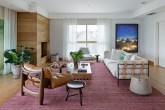 Sala com tapete rosa e sofá claro