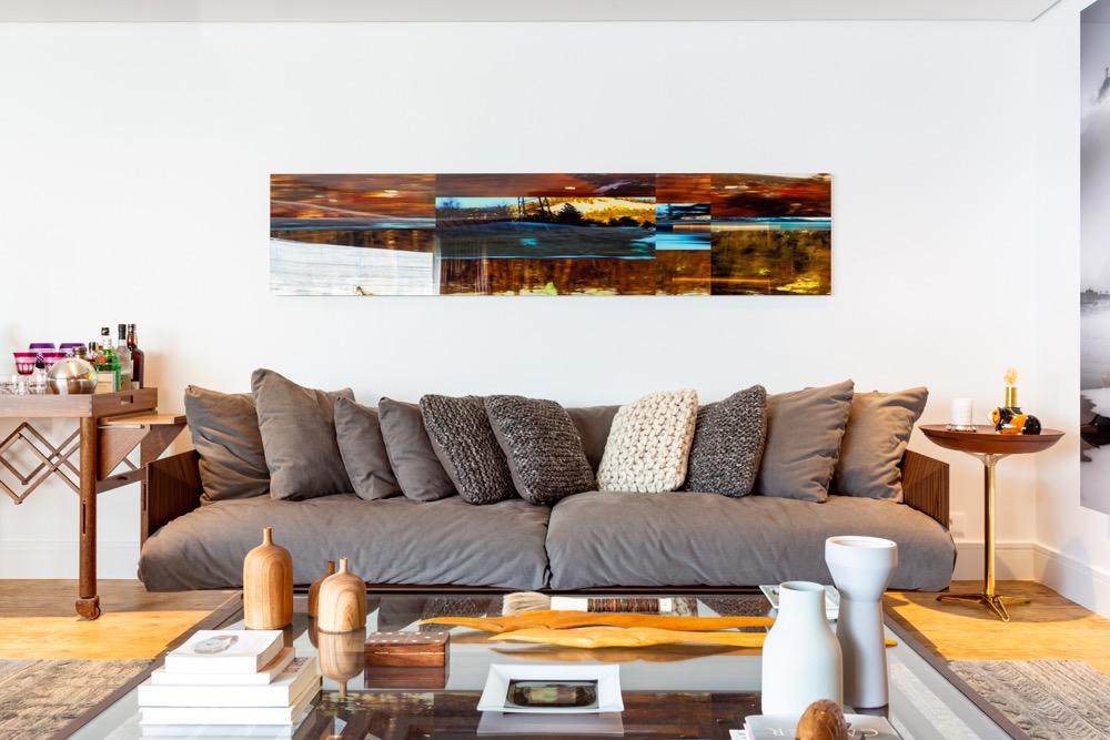 sofá com almofadas cinza