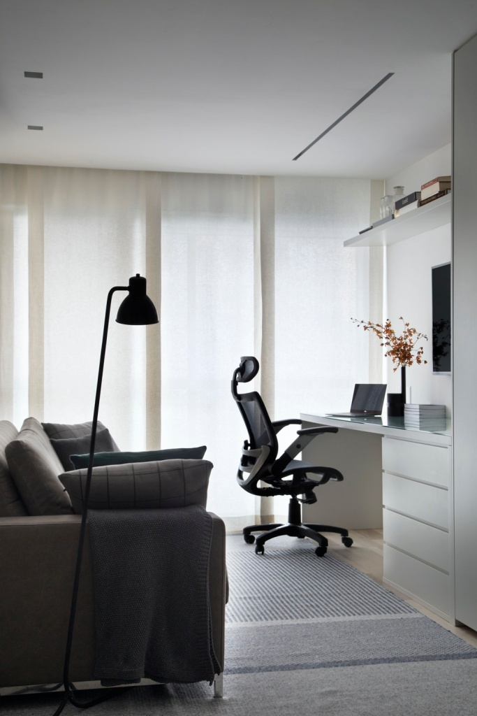 escritório em casa com cadeira aconchegante e marcenaria branca