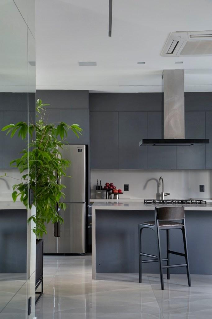 cozinha com armários cinza