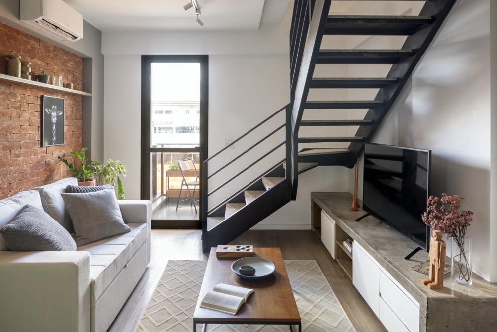 apartamento duplex com escada preta