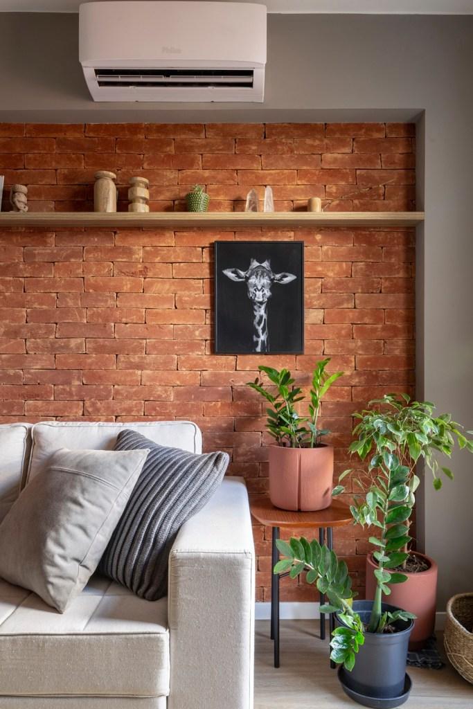 sala de apartamento duplex com tijolinhos na parede