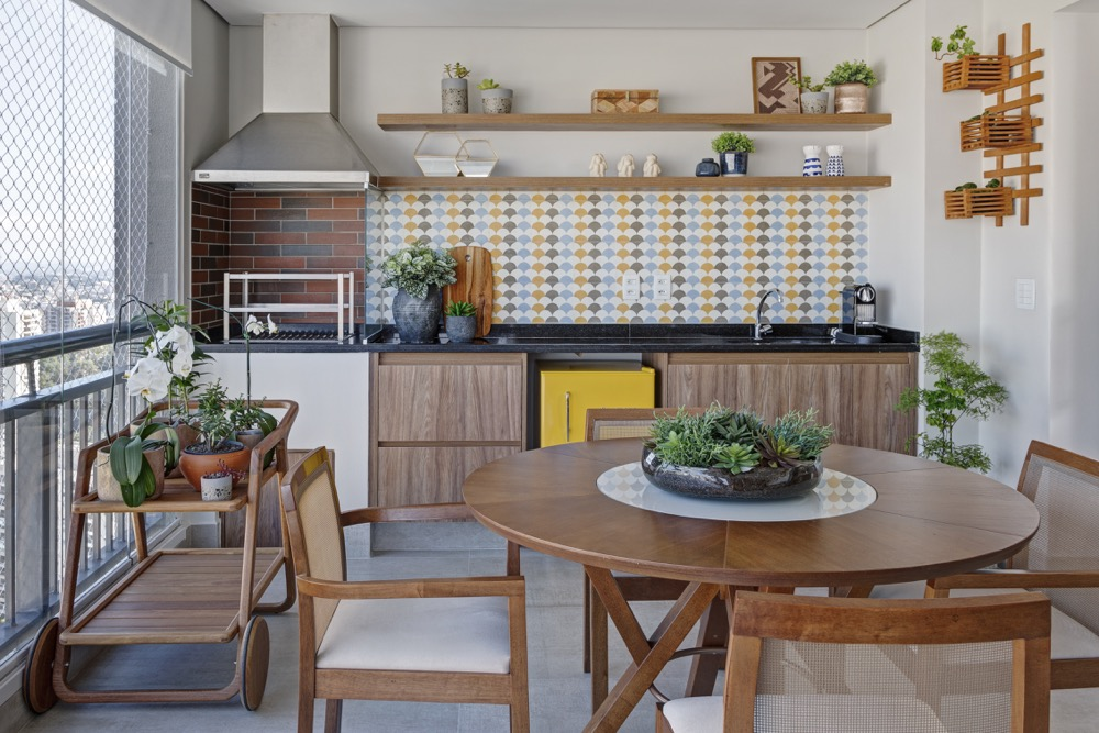 Espaço gourmet com parede revestida de azulejos coloridos