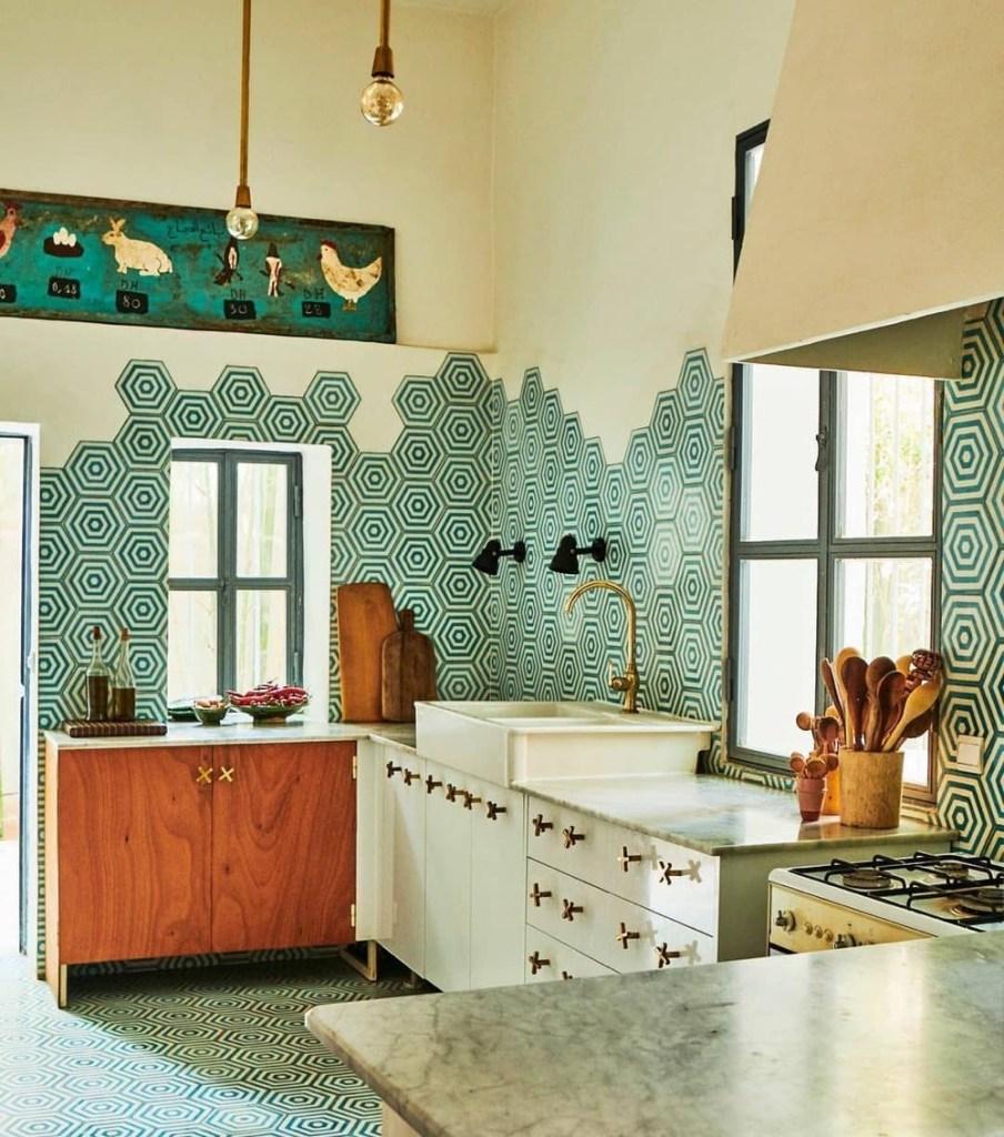 Cozinha com meia parede de azulejo