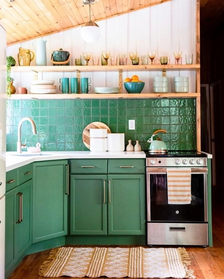 Cozinha com armários e revestimentos verdes
