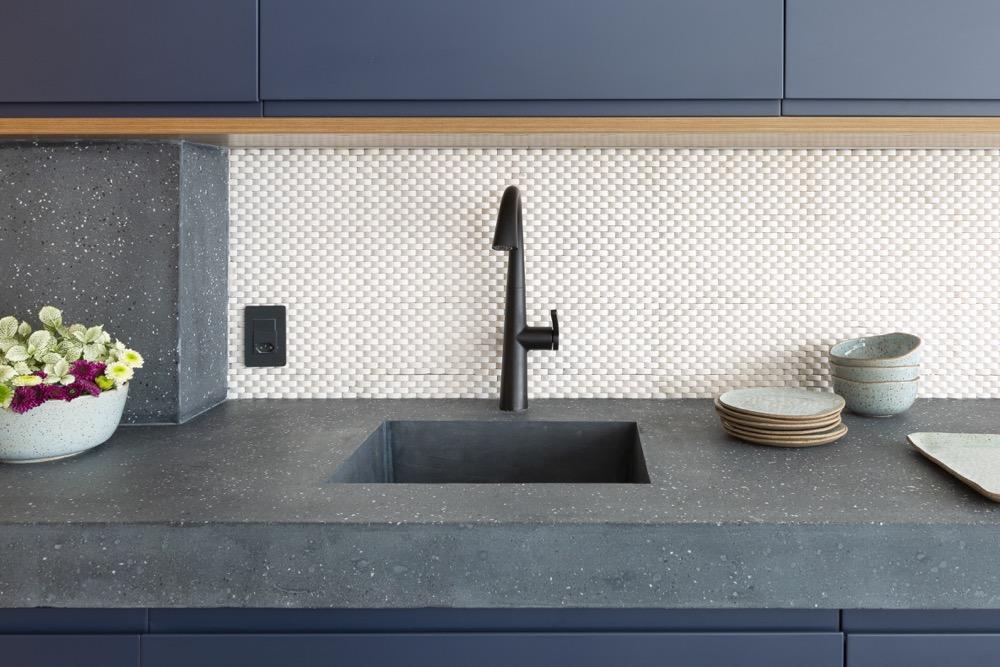 Cozinha com armários azuis