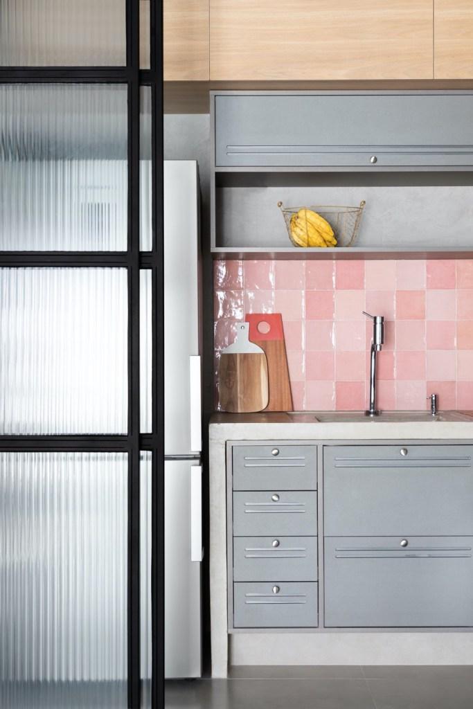Cozinha de estilo industrial com azulejos rosa
