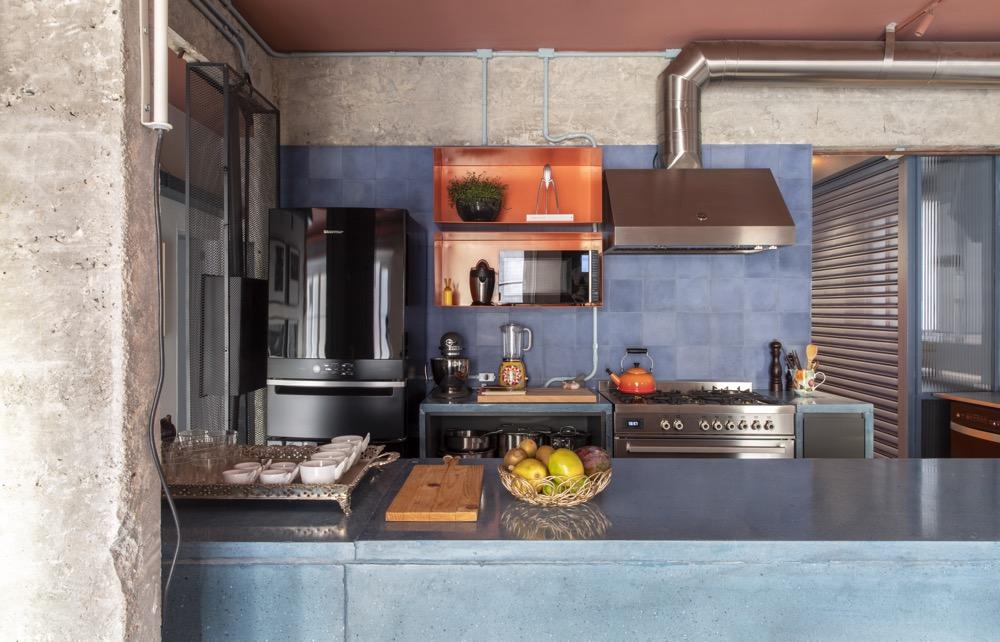 Cozinha com azulejo azul e estilo industrial