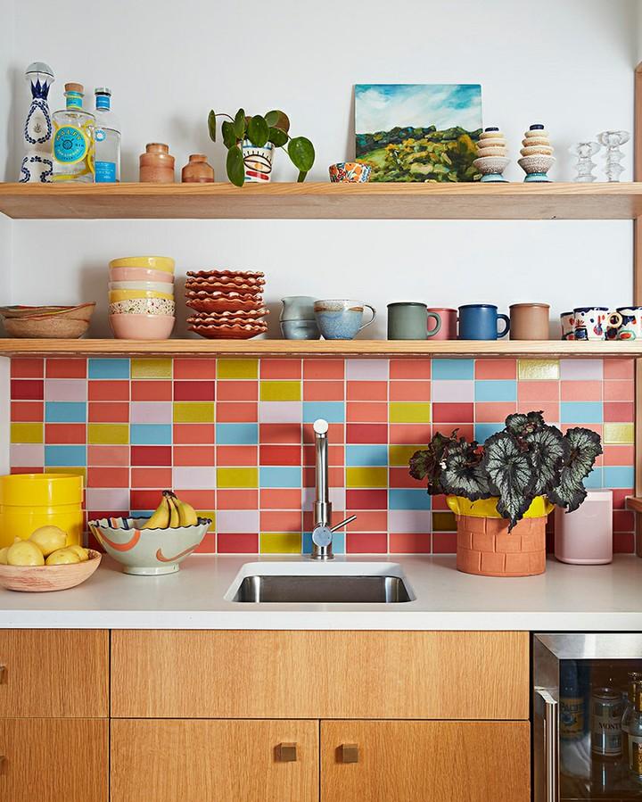 Cozinha com revestimento colorido
