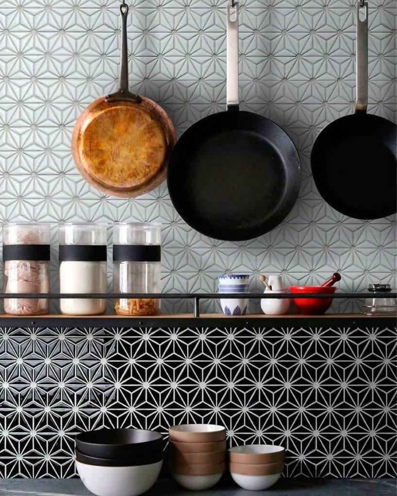 Cozinha com azulejos em preto e branco