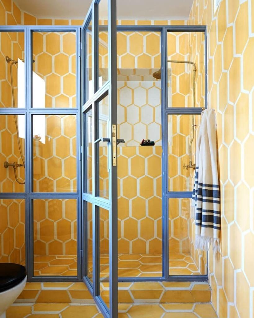 banheiro com revestimento amarelo