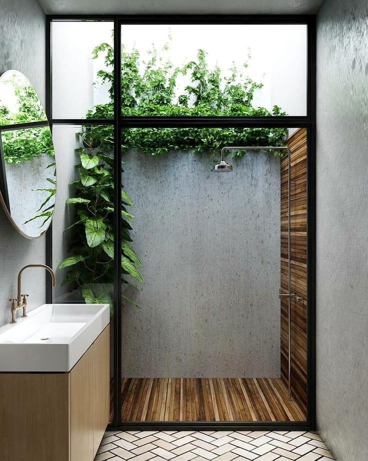 banheiro com deque e plantas dentro do boxe