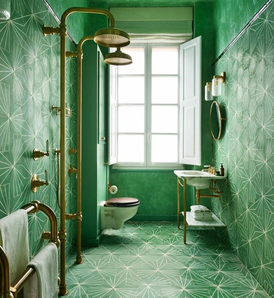 banheiro com revestimentos verdes