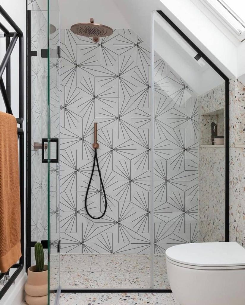 Banheiro com revestimento de estampa gráfica