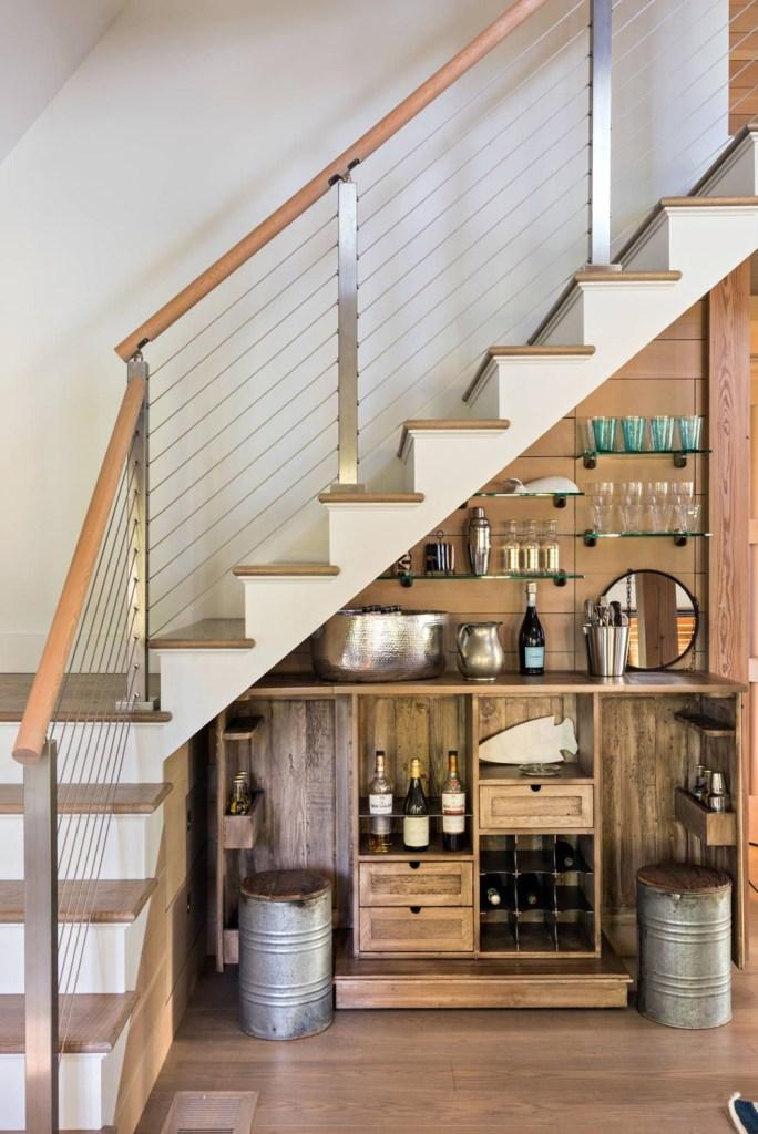 bar em casa embaixo da escada