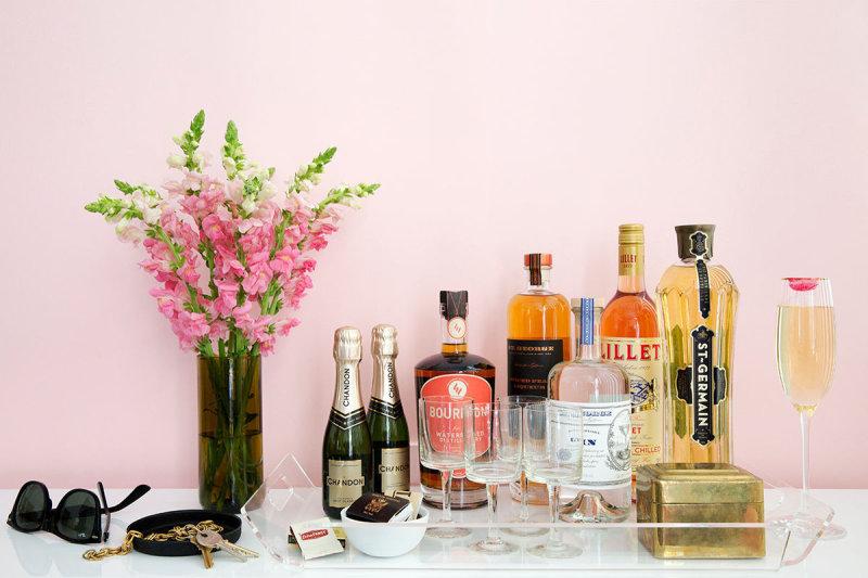 bandeja com garrafas e taças para um bar em casa