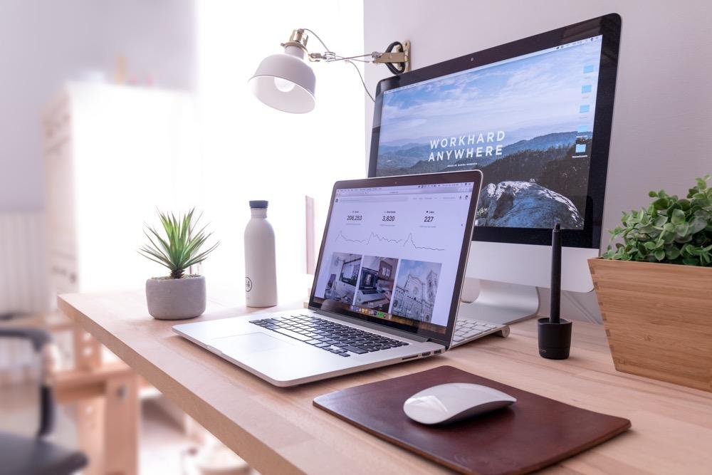 mesa de computador em home office