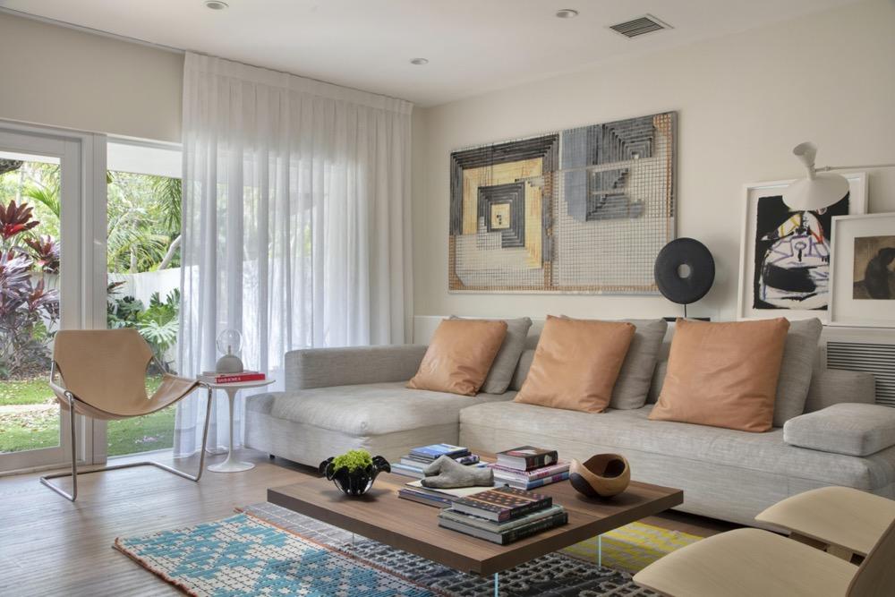 sala com sofá claro e tapete estampado