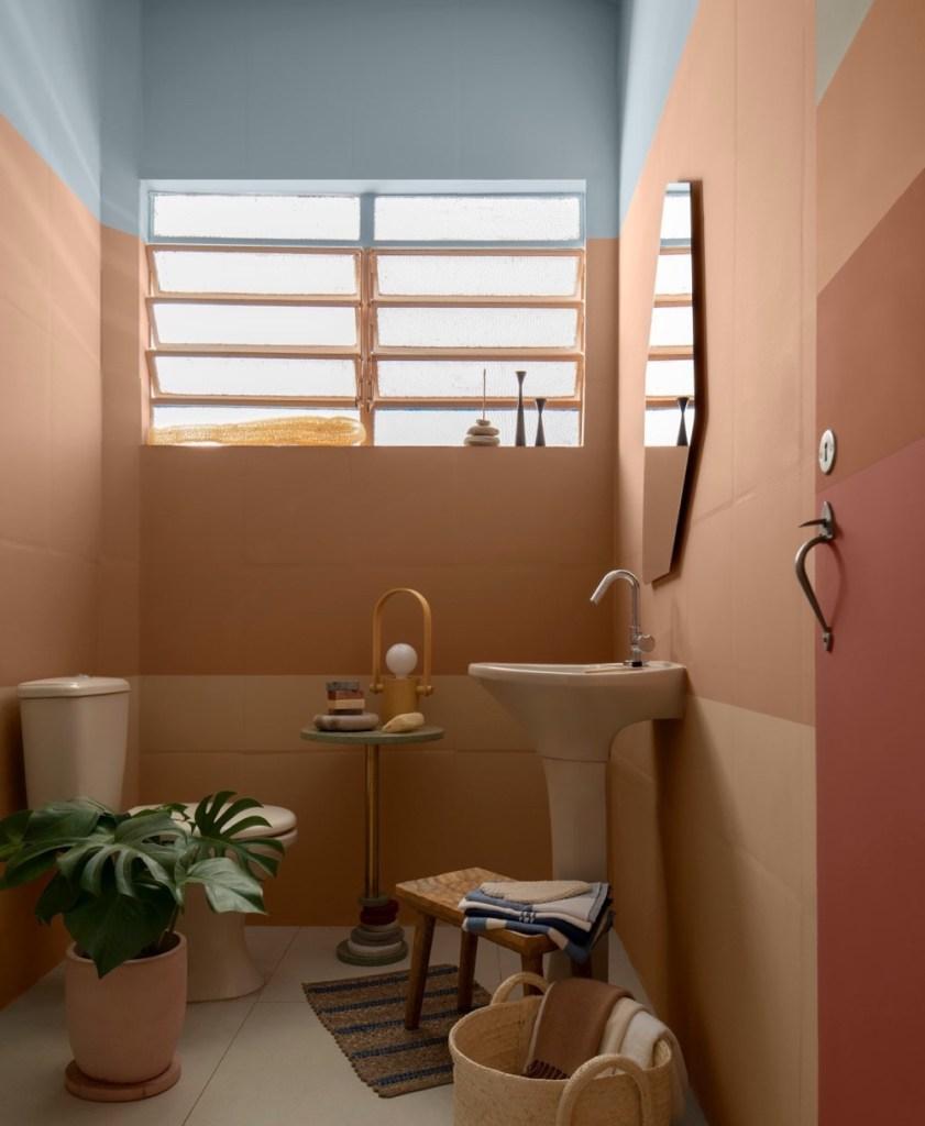 banheiro antigo com pintura salmão e azul