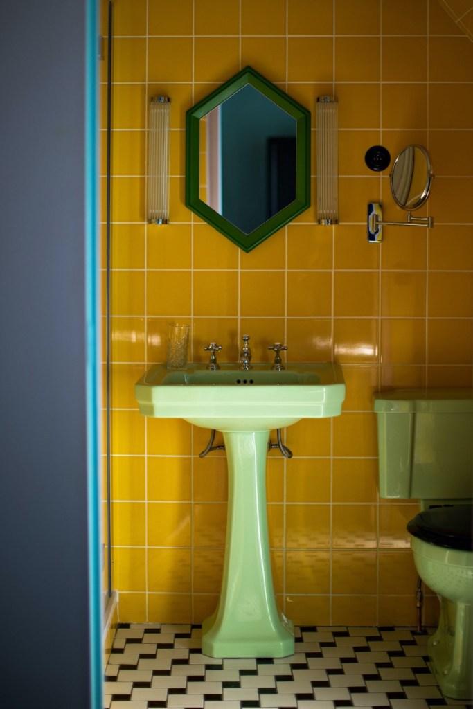 banheiro antigo com revestimentos coloridos