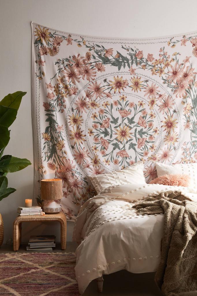 quarto com lenço estampado decorando a parede