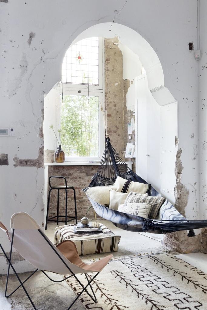 sala com rede pendurada perto da janela