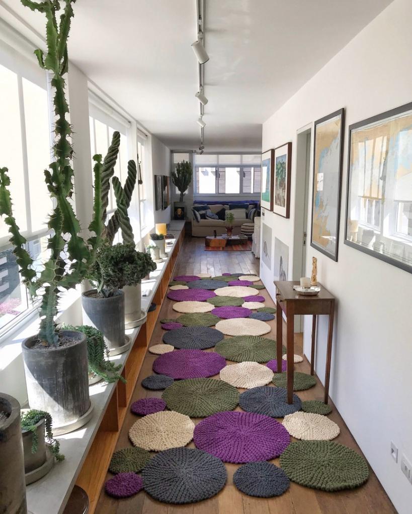 Corredor decorado com tapete de tricô