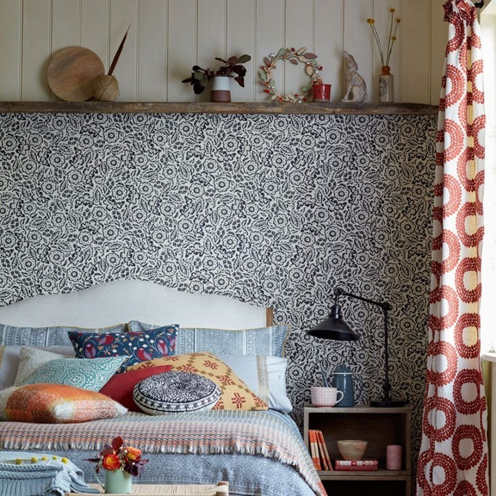 Quarto decorado com diversas estampas
