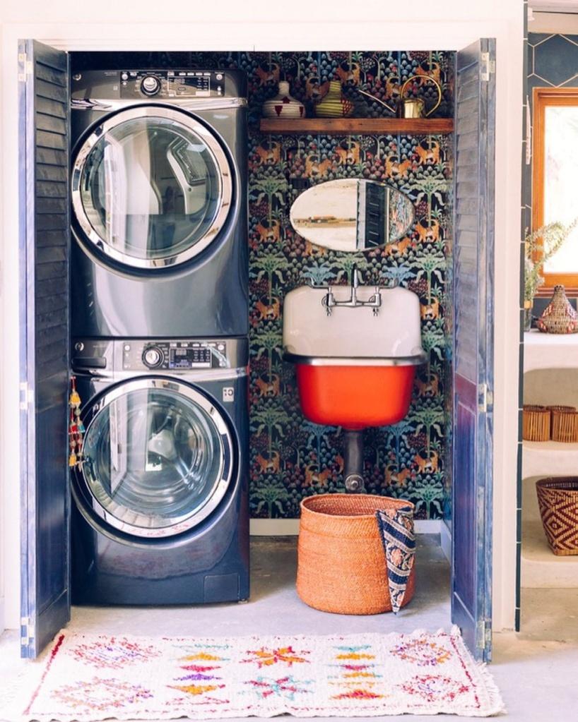 lavanderia com papel de parede estampado