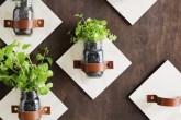 Horta na cozinha feita com potes de vidro