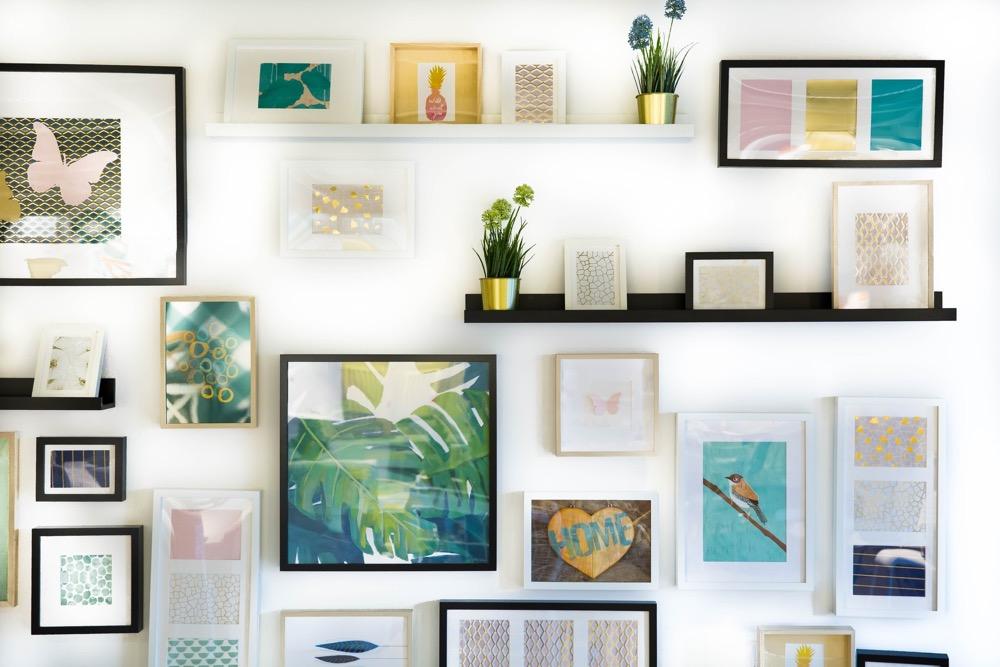 Parede decorada com quadros