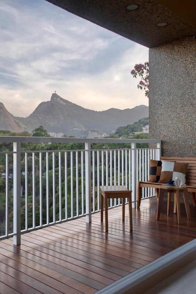 varanda de apartamento com vista para o rio de janeiro