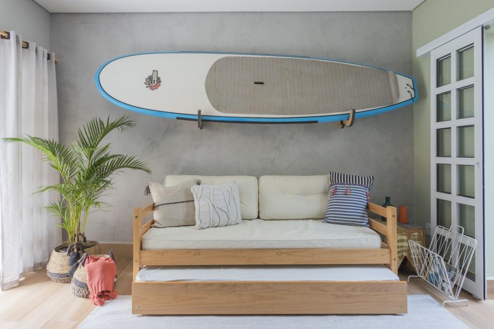 sala com prancha de surf pendurada na parede