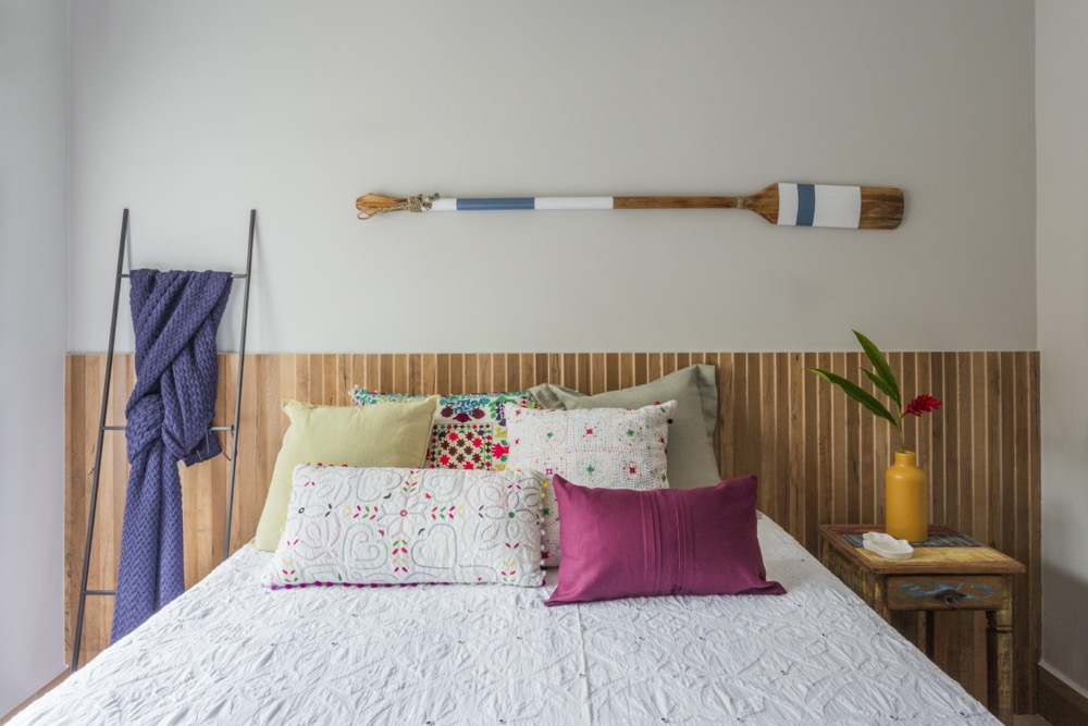 quarto com cabeceira de madeira