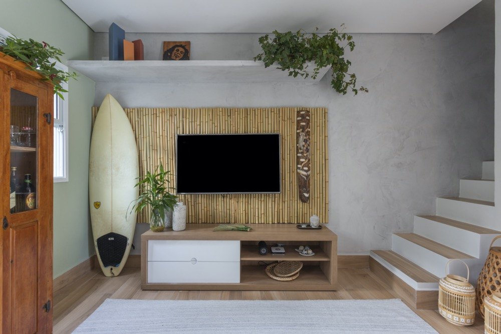 sala de apartamento na praia com painel de bambu
